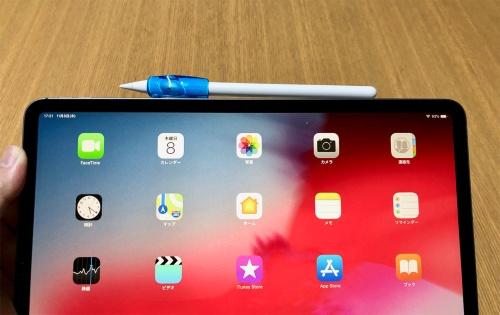 グリップを装着したApple PencilでもiPadの側面に貼り付くが、グリップの厚みのため充電されない。タッチセンサーも覆われるため反応しなくなってしまう