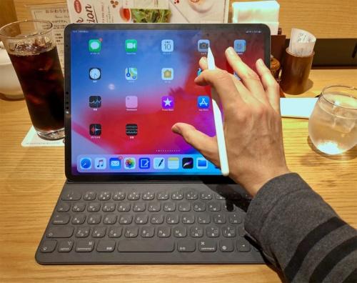 純正の「Smart Keyboard Folio」を接続して12.9インチiPad Proを使っているところ。ちょっとしたノートパソコンぐらいの迫力になる