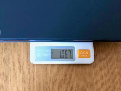 Smart Keyboard Folioを装着した12.9インチiPad Proの重さを量ると1067グラムと、1キログラムを超える。12インチのMacBookが1キログラムを切ることを考えると「iPadとは何か?」という疑問が浮かぶ