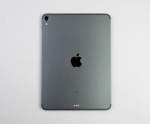背面はフラットで、iPhone SEのような外観。完成度は高いが、見た目が好みではない