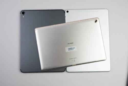 右のiPad Pro 10.5インチモデル、上のHUAWEI MediaPad M5 Proのほうが薄く見える