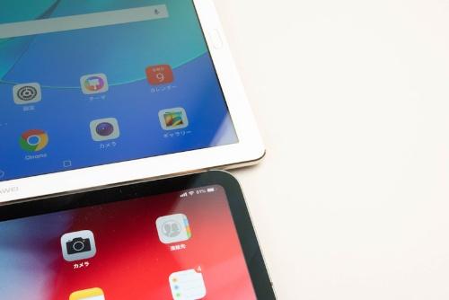 写真では分かりにくいが、HUAWEI MediaPad M5 Pro(上)は2.5Dガラスだ