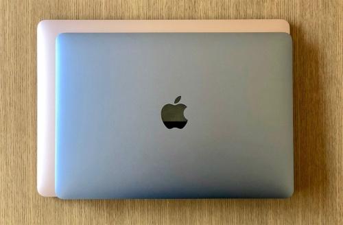 新型MacBook Airの上に12インチのMacBookを重ねたところ。13.3インチのMacBook Airのほうが一回り大きい。若干厚みもある