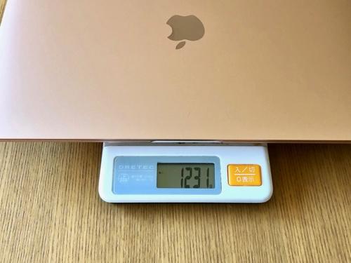MacBook Airの重さを量ってみると1231g。同じく実測したMacBookの929gよりも300gほど重かった