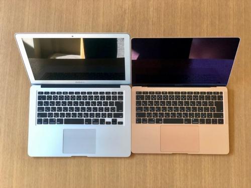 手元にあった旧MacBook Air(左)と比較すると、新型(右)の方が一回り小さい。旧型は1351g(筆者測定値)で、新型のほうが120g軽量化されている