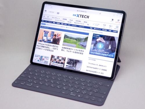 写真1●12.9インチiPad Pro(2018年モデル)。カバーを兼ねたキーボードを取り付けている