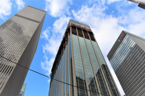 米ニューヨーク、マンハッタンの6番街に立つ築59年の超高層オフィスビル「1271アベニュ―・オブ・ザ・アメリカス」。三菱地所の米国子会社であるロックフェラーグループ・インターナショナル社が2016年10月から大規模改修工事を進めている。下層部から改修が始まり、現在は上層部の外壁を取り払って新しい窓枠を取り付ける工事が進んでいる(写真:日経アーキテクチュア)