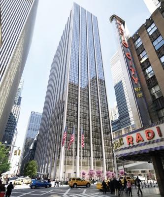 1271アベニュー・オブ・ザ・アメリカスの改修後のイメージ。窓面を旧ビルから約1.6倍に拡大しながらも、ファサードの意匠は旧タイム・ライフビルを踏襲している。空調機器やエレベーターなどの館内設備は一新して現代的なオフィスビルに生まれ変わる(資料:ロックフェラーグループ・インターナショナル社)