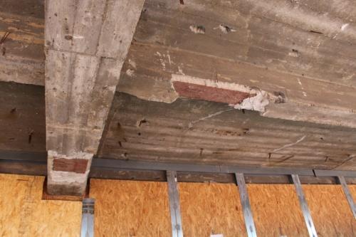 38階天井梁から見える鉄骨の一部。構造計算の結果、既存の躯体で十分な強度を保てることが分かったため、補修は行うが耐震補強は実施していない(写真:日経アーキテクチュア)