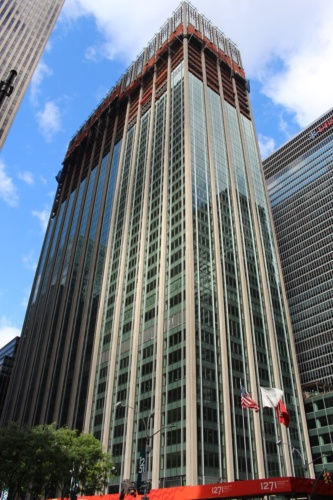 6番街から1271アベニュー・オブ・ザ・アメリカスを望む。下層階から改修工事が始まり、現在は上層階での作業が進んでいる(写真:日経アーキテクチュア)