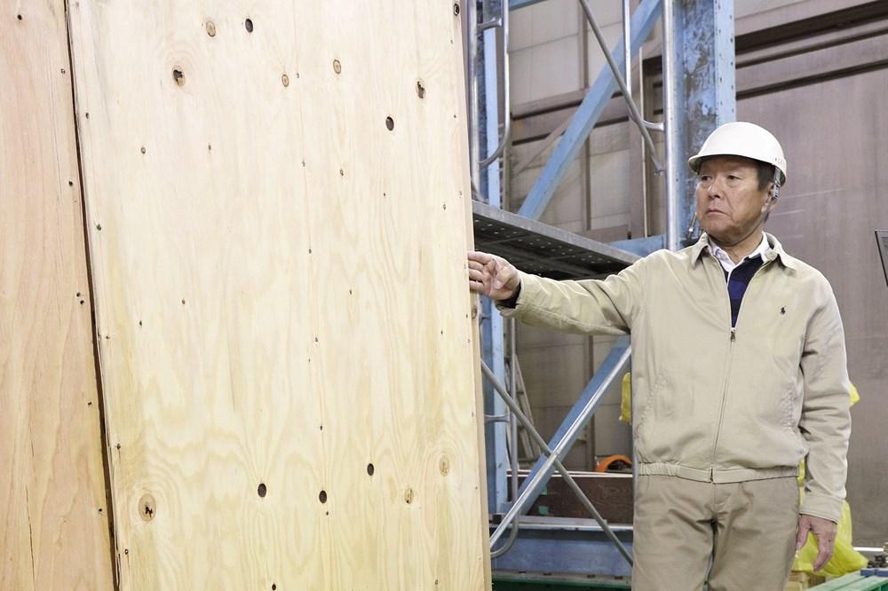 〔写真2〕耐力壁の専門家が監修 実験に当たり、木造の耐力壁の専門家である神谷文夫氏に監修を依頼した。神谷氏は、森林総合研究所の研究コーディネーターを務めた他、木造建物の振動台実験などのプロジェクトに関わってきた(写真:澤田 聖司)