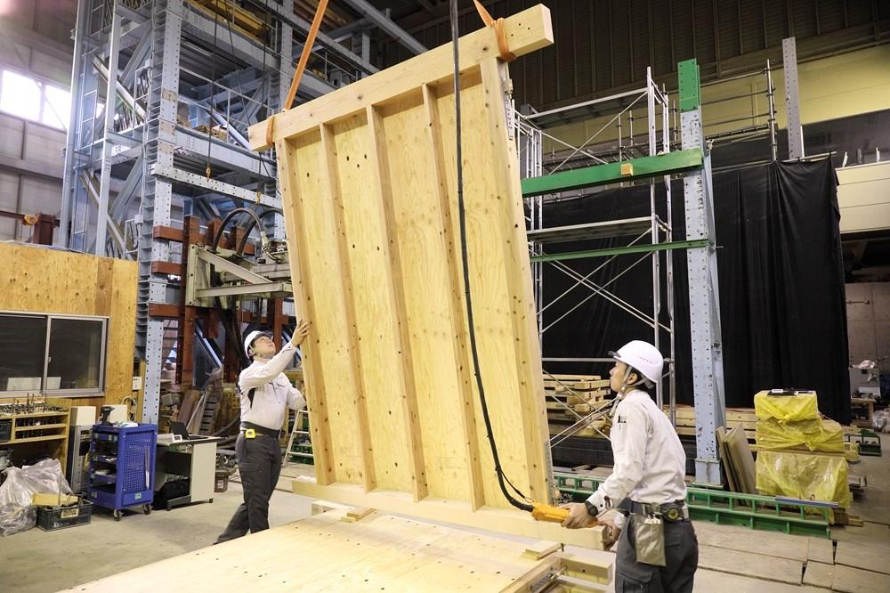 〔写真3〕静的加力試験機で検証 ポラス暮し科学研究所では、面内せん断試験用アクチュエーターを使用して、構造技術の開発の他、社外企業から委託を受けて構造性能評価試験を実施している(写真:澤田 聖司)