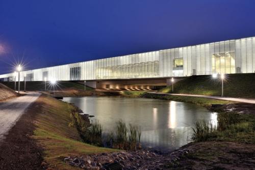 エストニア国立博物館の側面。池の上を幅71mの建物が42mスパンで橋のように横切る(写真:武藤 聖一)
