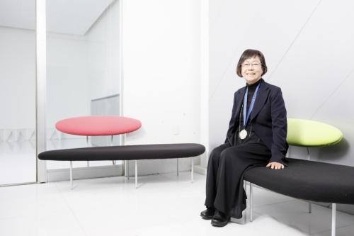 元の事務所の1階で、ロイヤル・アカデミー建築賞のメダルを首に掛ける長谷川逸子氏。この場所は2016年から展示とレクチャーのスペース「gallery IHA」として開放している(写真:山田 愼二)