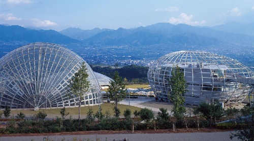 「山梨フルーツミュージアム」(1995年)。3つの鉄骨ドームがある。鉄骨の接合部は、片側にあらかじめワンサイズ小さなパイプを仕込んで溶接している。英国で特に話題になったプロジェクト。アラップが構造設計を担当した(写真:三島 叡)