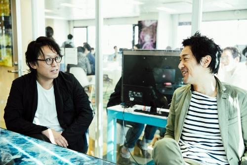 チームラボ代表の猪子寿之氏(右)と、同社創設初期からのメンバーで、現在はチームラボアーキテクツの代表を務める建築家の河田将吾氏(左)(写真:西田 香織)