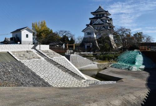 奥が歴史資料館として使われる墨俣一夜城。その周りを取り囲むように、犀川と新堀川、天王川の3つの河川が流れる(写真:森組)