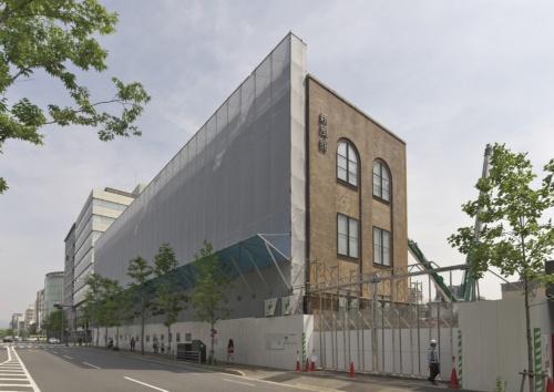 京都市で19年秋開業に向けて再々開発が進む「新風館」。「外壁自体が街のシンボルとなって人々を引き付けるだろう」と、事業主のNTT都市開発楠本正幸副社長は言う。2018年4月撮影(写真:生田 将人)