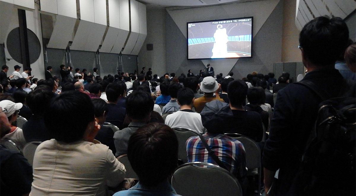 TGS2018のセッション「VTuberが切り開く新たな『XR』の可能性とは?」の様子 会場は満席で立ち見が出るほどの盛況ぶりとなり、約300人が聴講していた。