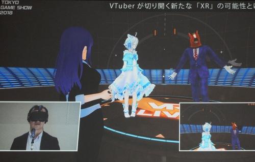 電脳空間で山中デスク(美少女)がVTuber2人にインタビューしている様子