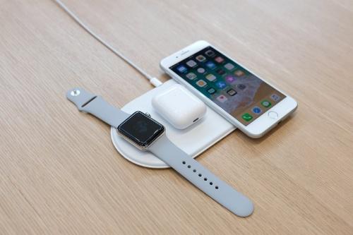 米アップルは2017年9月のイベントで、AirPowerを使って3つのデバイスを同時に充電するデモを実施していた