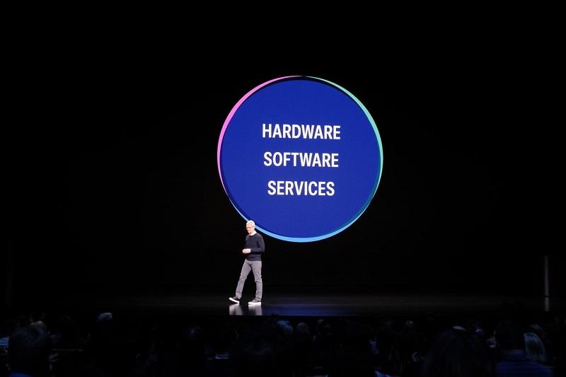 アップルのティム・クックCEO(最高経営責任者)は、2019年3月のイベントで「ハード、ソフト、サービスの三位一体」による開発を強調していた (撮影:松村太郎)