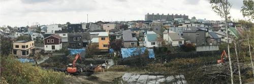 〔写真1〕川沿いの不適格擁壁が崩壊