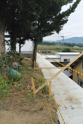 鉄筋を挿入する地盤に、ならしコンクリートを施工したところ(写真:日経ホームビルダー)