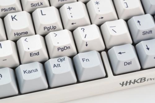 不足しているキーは右下にある「Fn」キーを押しながら、キー側面に機能が書かれているキーを押す