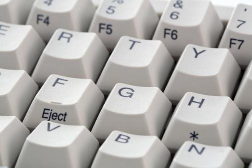 通常、キーボードはキー同士が隙間なく配置されている。キーの下にゴミやほこりが入ってしまうと取りづらい