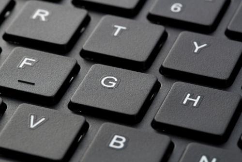 アイソレーションタイプのキーボードは、キーが独立している。キーの隙間にもカバーがあるため、ゴミやほこりが内部に入りにくい