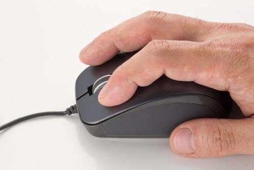 静音マウスは「カチカチ」というマウス特有の音がしないため、静かな場所でも使いやすい。ただしボタンの押し心地は軟らかい