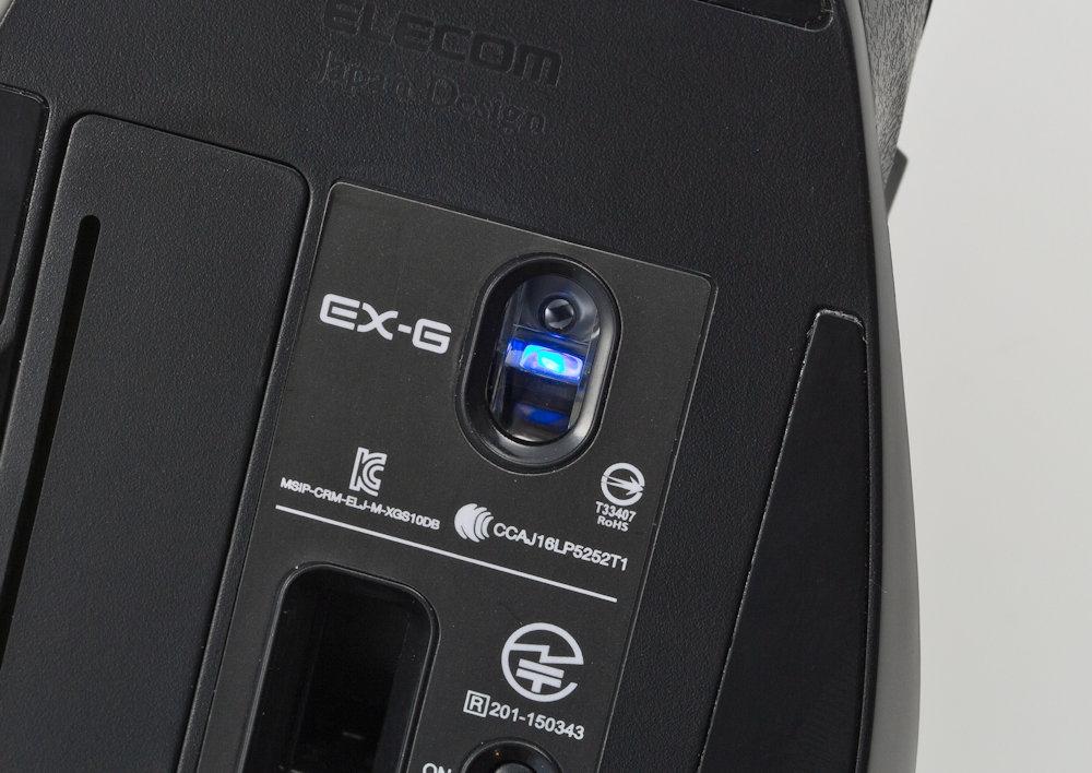 エレコムの「EX-G ワイヤレス BlueLED マウス」のうち「M-XGM10DBXBK」は、ブルーLED方式のマウス。実勢価格は約2900円。なお本記事中の価格はいずれも税別である (撮影:スタジオキャスパー、以下同)