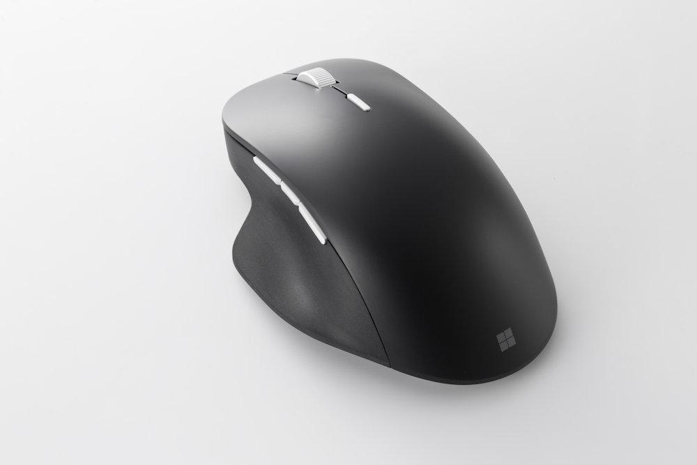 米マイクロソフトの「Surface Precision Mouse」(直販価格は約1万3000円)もブルーLED方式。マイクロソフトは「BlueTrackテクノロジ」と呼んでいる