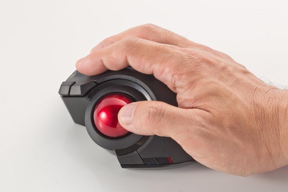 指でボールを操作することでマウスカーソルを動かすため、本体を移動させなくてもよい。ボールの動きは光学センサー方式で読み取るため、マウスと仕組みは似ている