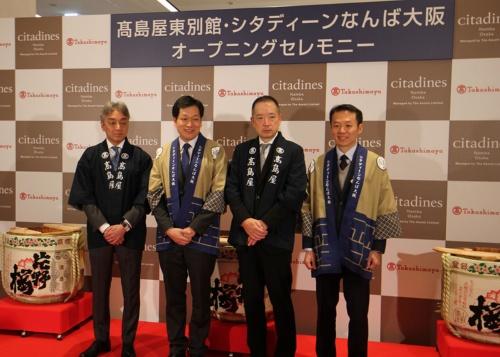 1月20日午前に行われたオープニングセレモニーの様子。右から2人目が高島屋の村田善郎社長。右から3人目がアスコット社のケビン・ゴーCEO(最高経営責任者)(写真:日経アーキテクチュア)