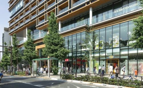 20年夏にJR原宿駅前で開業した複合施設「ウィズ原宿」(写真:安川 千秋)