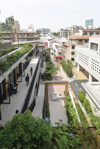 ウィズ原宿は駅前と竹下通りを結ぶ「道のような建物」(写真:安川 千秋)