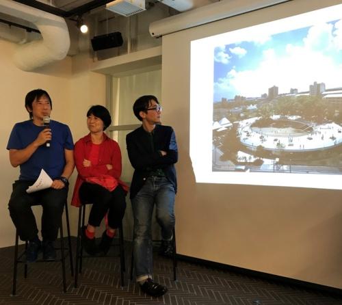 ふじようちえんの説明をする、手塚建築研究所の手塚貴晴氏(左)と手塚由比氏(中央)。手塚夫妻にとっても、ふじようちえんは代表作となり、数々の賞を得た(写真:日経クロステック)