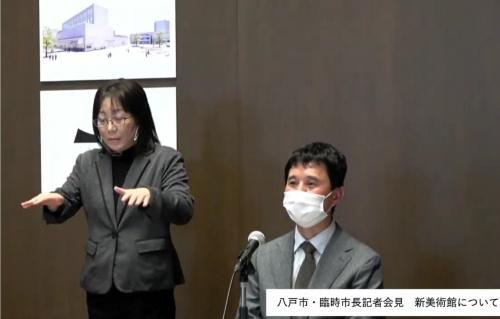 会見した佐藤氏が八戸市美術館の特徴を説明した(写真:日経クロステック)