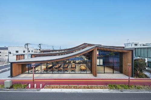 新本社「ZOZO本社屋」。大きな窓を通して、社員が働く姿を外から見られるようにした。街路と執務スペースを同じ高さに設定している(写真:ZOZO)