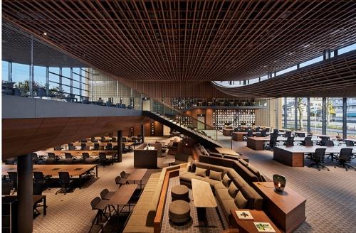屋根をつって内部の柱を少なくし、フロア内の仕切りがないオープンなオフィス空間をつくった(写真:ZOZO)