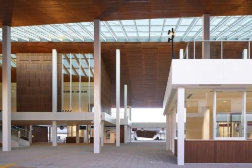2020年2月29日に開業した「宮島口旅客ターミナル」の内観。写真奥がフェリー乗船場で海上の桟橋へと続く(写真:阿野 太一)