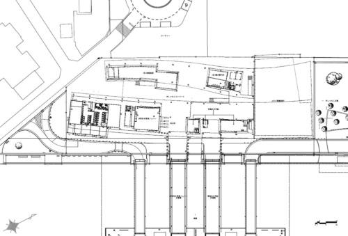 1階平面図。ターミナルの北西側に商業施設「エット」が続く。ターミナル内は箱状の空間を複数配置した。箱と箱の間は半屋外として、周辺エリアとターミナル間を人が行き来しやすくした(資料:乾久美子建築設計事務所)