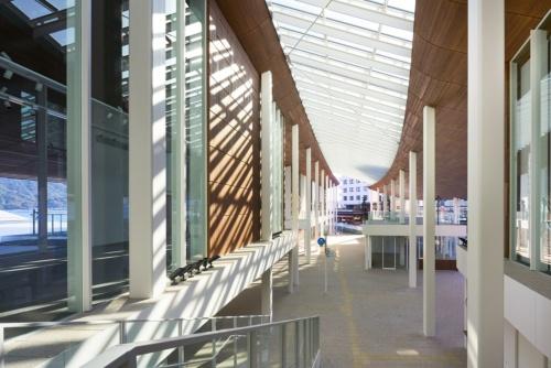 ターミナル内の2階北側から南側を見通す。左手はデジタル映像で宮島の観光情報を伝える宮島情報センター(写真:阿野 太一)