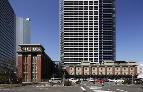 写真奥が、超高層の「タワー棟」。手前にあるのが、歴史的建造物を保存・復元した2つの低層の「BRICK棟」だ(写真:安川 千秋、全て20年2月末に撮影)