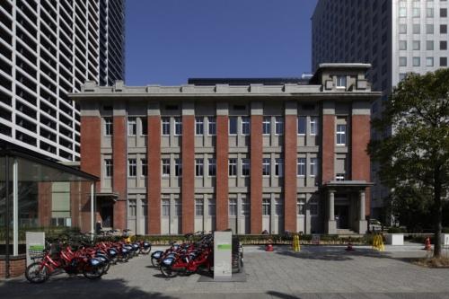 地上3階建ての「BRICK South」は、1階にレストラン、2~3階にシェアオフィスを設けた。「旧横浜生糸検査所附属倉庫事務所」を保存した建物(写真:安川 千秋)