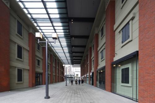 通り抜けができる「歴史広場」。左の建物は「BRICK North」、右はタワー棟の低層部(写真:安川 千秋)