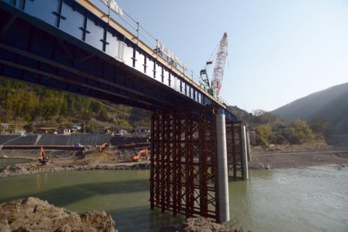 流失した鎌瀬橋で仮橋の架設が進む。2021年3月10日撮影(写真:日経クロステック)