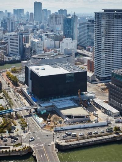 黒い箱のような外観が特徴。内部をパッサージュが貫く(写真:大阪中之島美術館準備室)